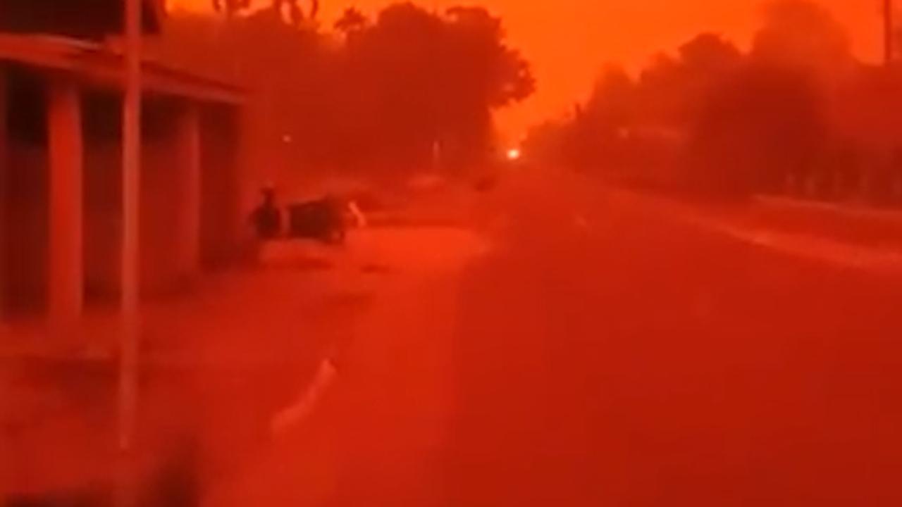 Vervuilde lucht in Indonesië kleurt rood door brand