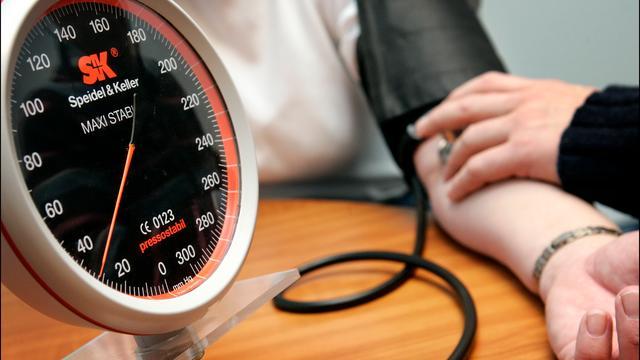Waarom een te hoge bloeddruk gevaarlijk is en wat je ertegen kunt doen