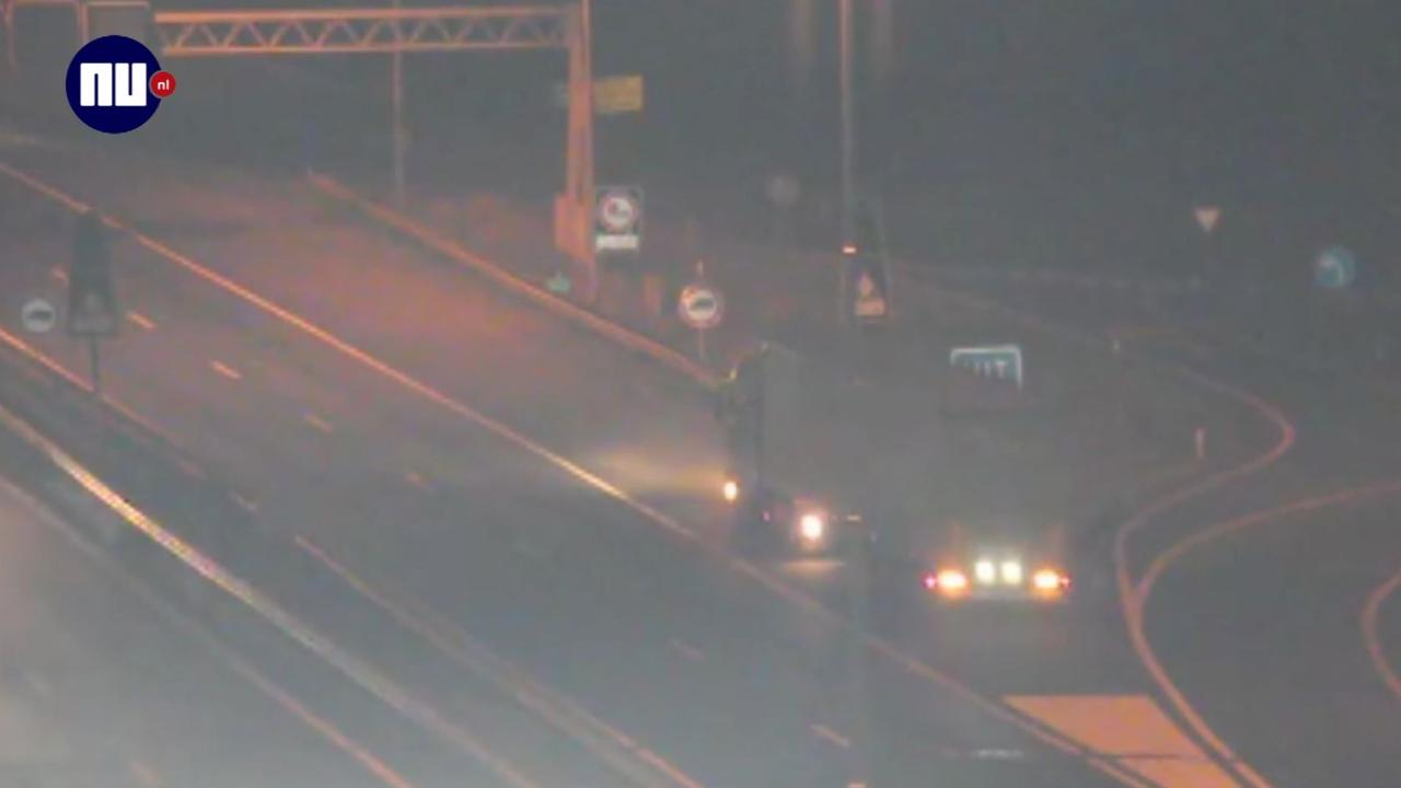 Vrachtwagen rijdt achteruit door afsluiting Merwedebrug