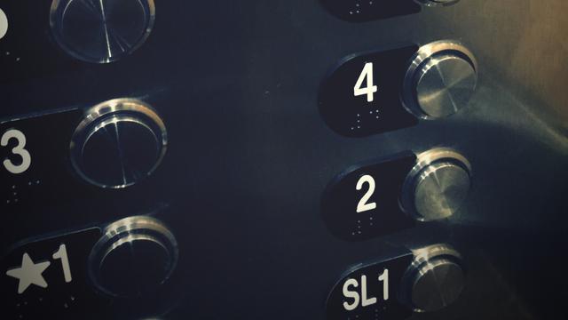 In Portugese lift opgesloten toeristen bellen per ongeluk hulpdiensten VS