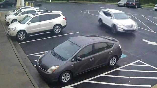 Kind dat tijdens diefstal achterin auto zat loopt rustig terug naar opvang