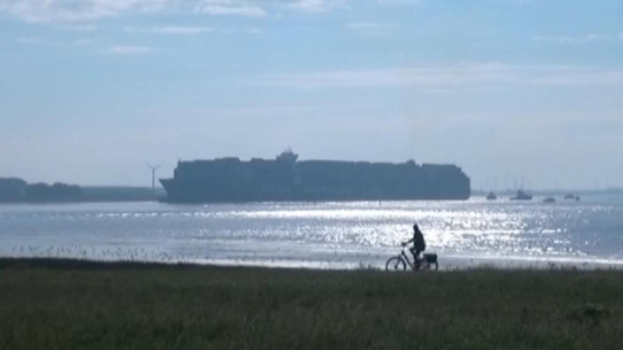 Veel bekijks bij vastgelopen containerschip in Westerschelde