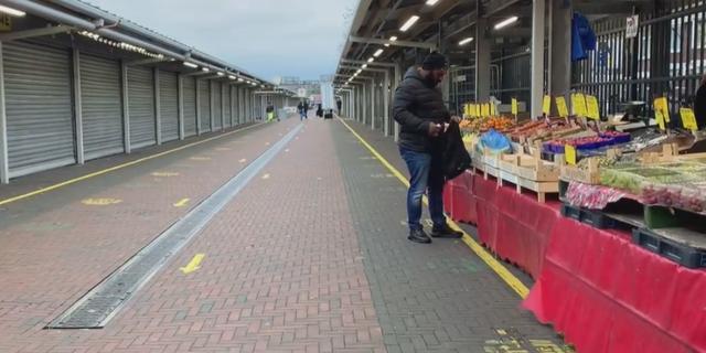 Zo rustig is de Haagse markt vanwege de coronamaatregelen