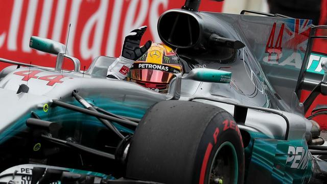 Hamilton prijst 'krankzinnige' auto na eerste pole ooit op Suzuka