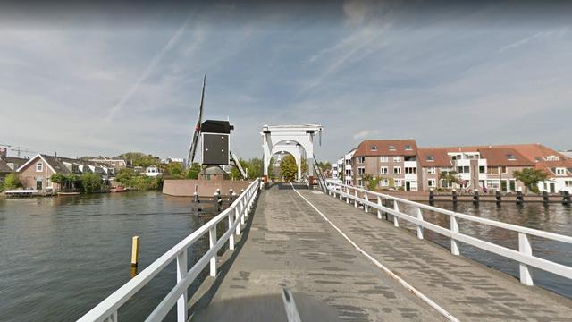 Olievlek door kapotte leiding na doorlaten pakjesboot bij Rembrandtbrug