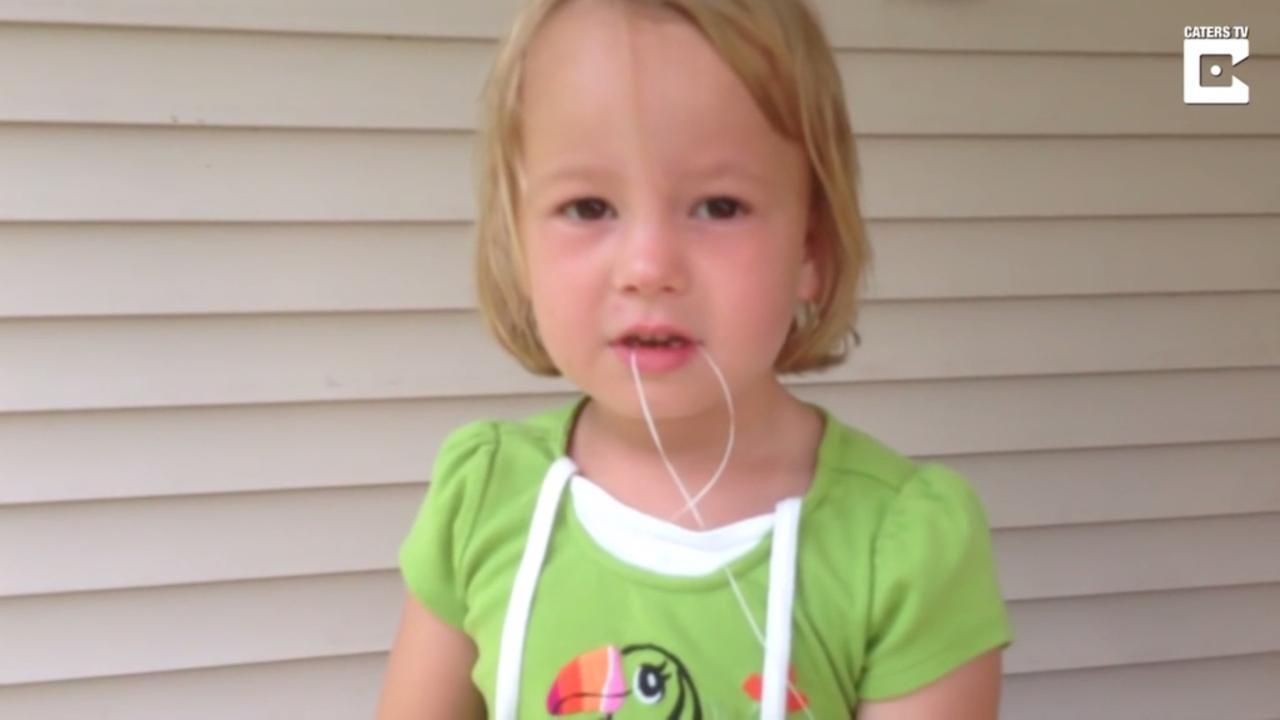 Meisje schiet melktand uit mond met pijl en boog