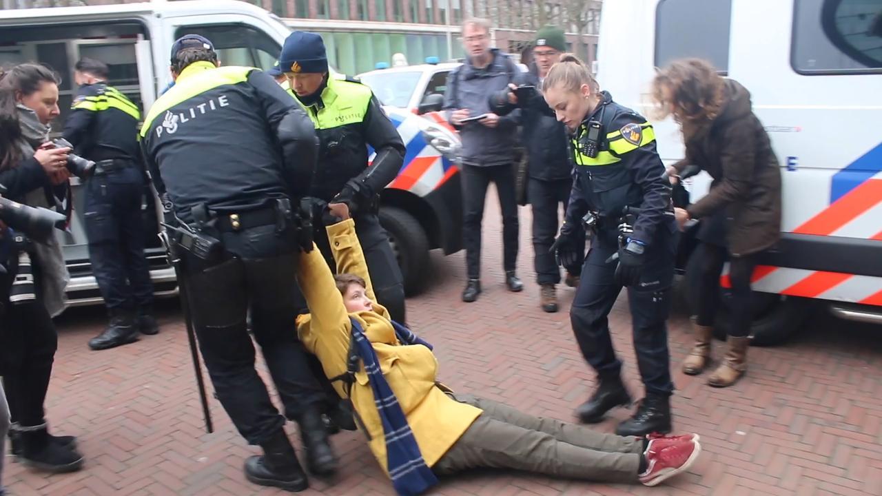 Politie sleept klimaatactivisten weg bij Shell in Den Haag
