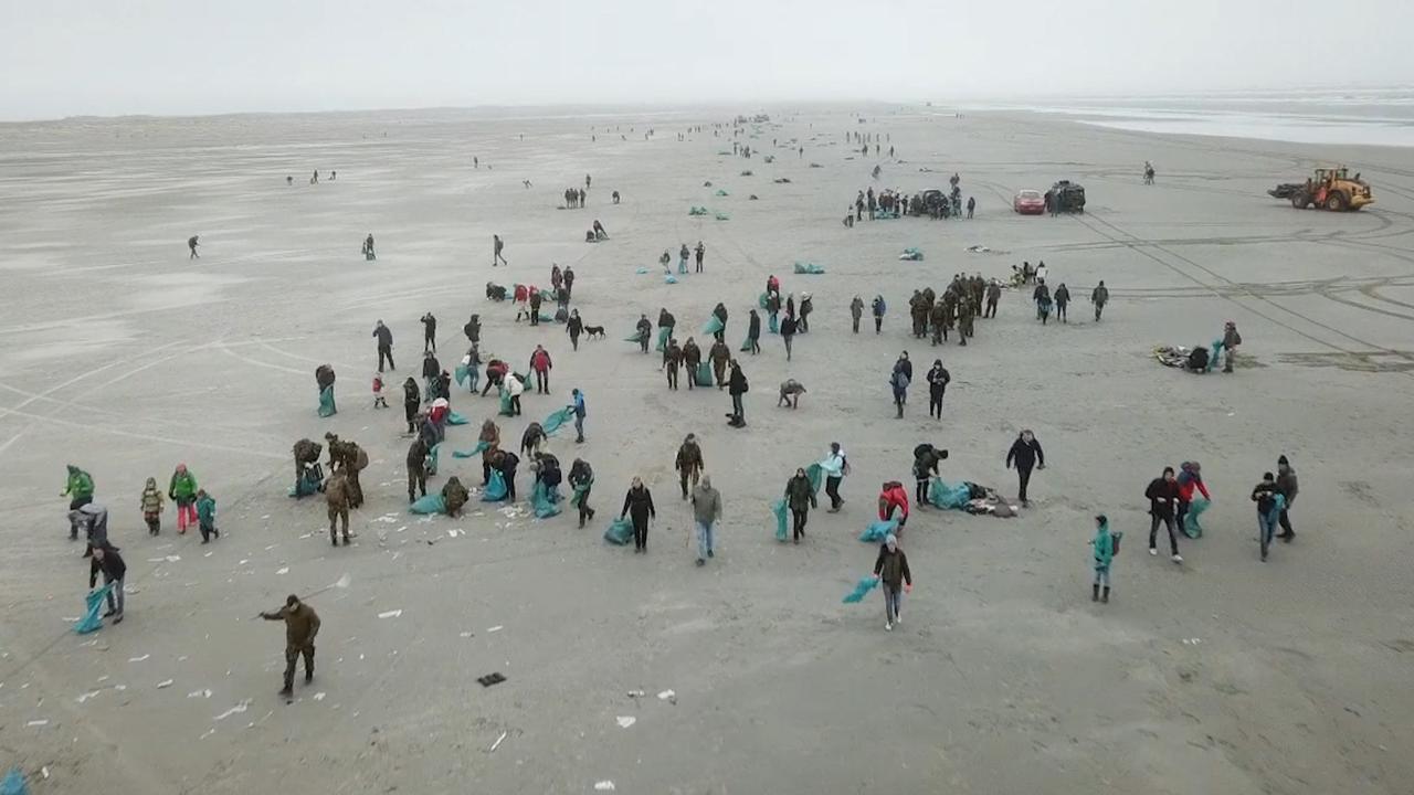 Dronebeelden tonen massale opruimactie strand Schiermonnikoog