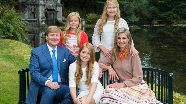Koning Willem-Alexander deelt kerstfoto van gezin