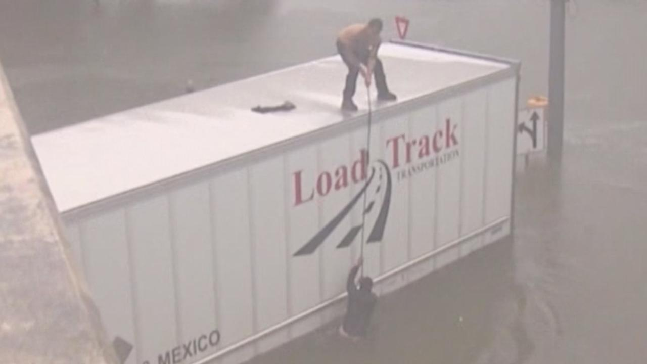 Man in Houston redt trucker uit ondergelopen wagen