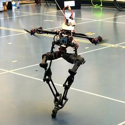 Robot blijft in evenwicht met dronepropellers