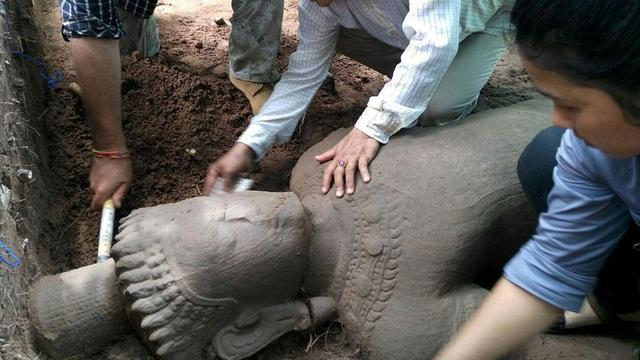 Standbeeld uit twaalfde eeuw ontdekt in Cambodjaans tempelcomplex