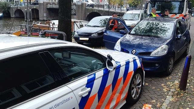 Man rijdt in gestolen auto door speeltuintje en raakt bijna kinderwagen