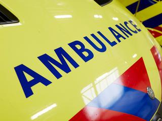 Gewonde is nagekeken door ambulancepersoneel