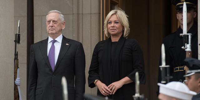 Minister Hennis spreekt met Defensieminister VS over situatie Venezuela
