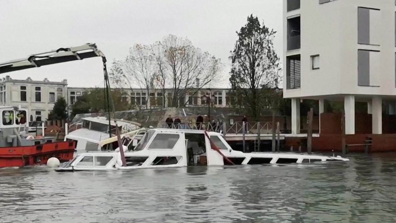 Italiaanse brandweer probeert ondergelopen boten te redden