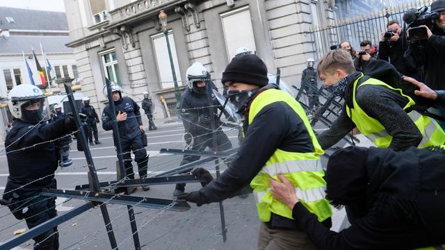 Ruim zestig demonstranten aangehouden bij rellen 'Gele Hesjes' in Brussel