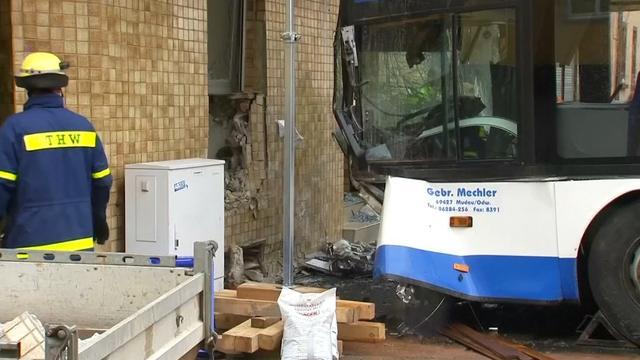 Schoolbus in de kreukels na botsing tegen huis in Eberbach