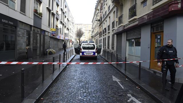Man met 'nepbomvest' om gedood bij politiebureau in Parijs