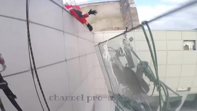 Russen laten enorm raam vallen van 47ste verdieping