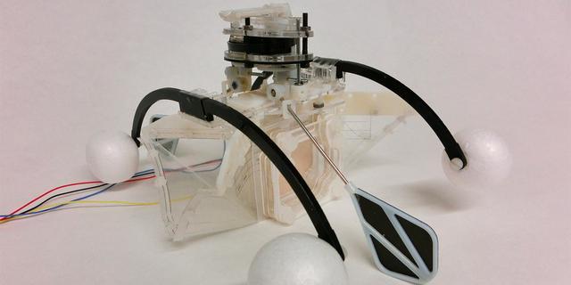Roeiende robot drijft zichzelf aan met vies water