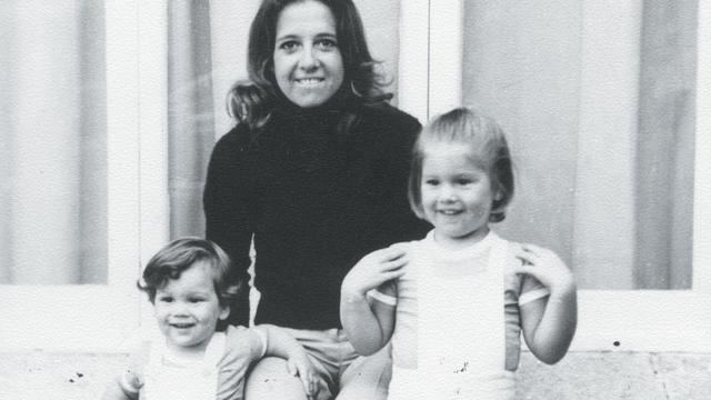 Máxima met haar jongere broer Martín en moeder Maria. Máxima heeft een enorm hechte band met haar en afgelopen jaar bracht Maria langere tijd door in Huis ten Bosch.