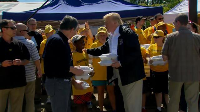 Trump deelt maaltijden uit aan slachtoffers orkaan Florence