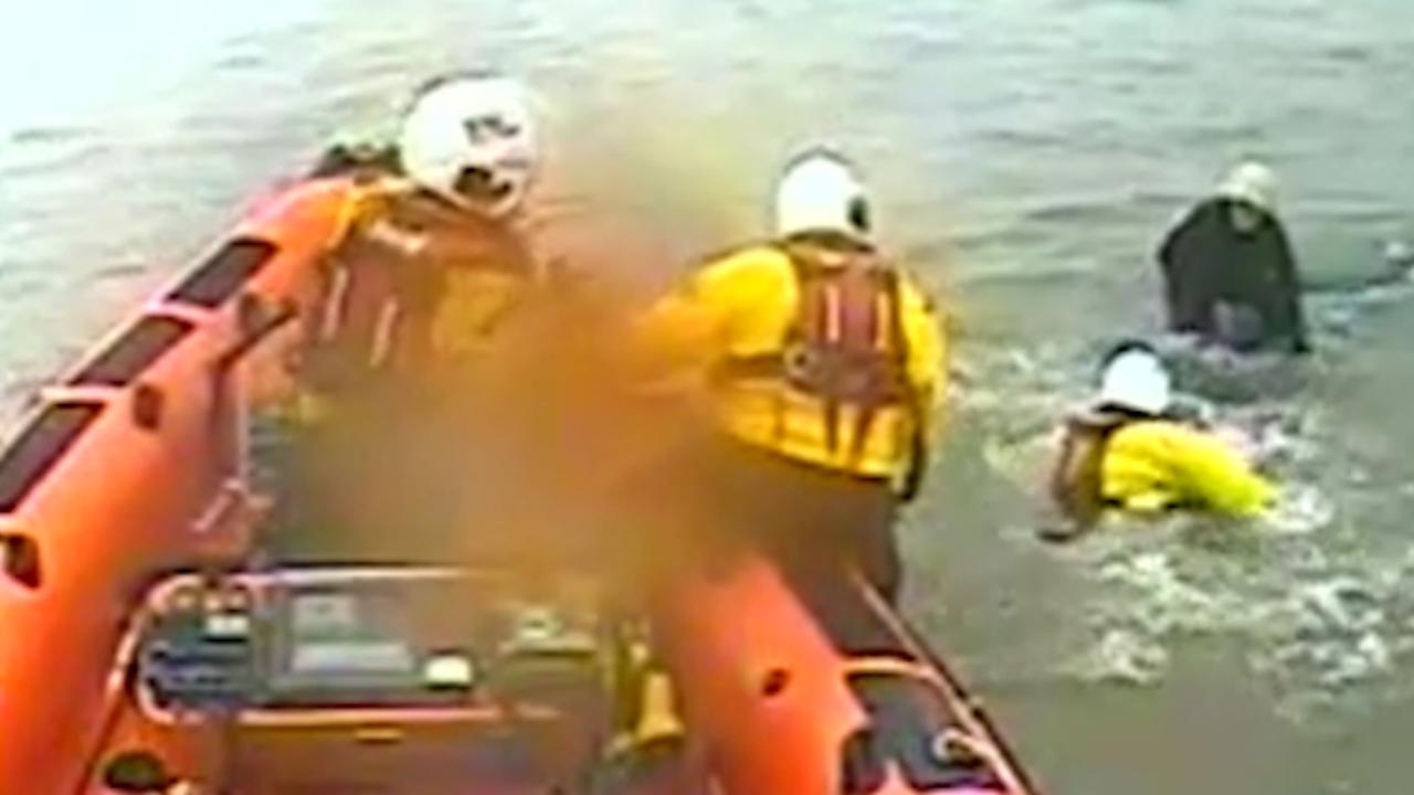 Britse kustwacht redt vrouw van autodak op zee