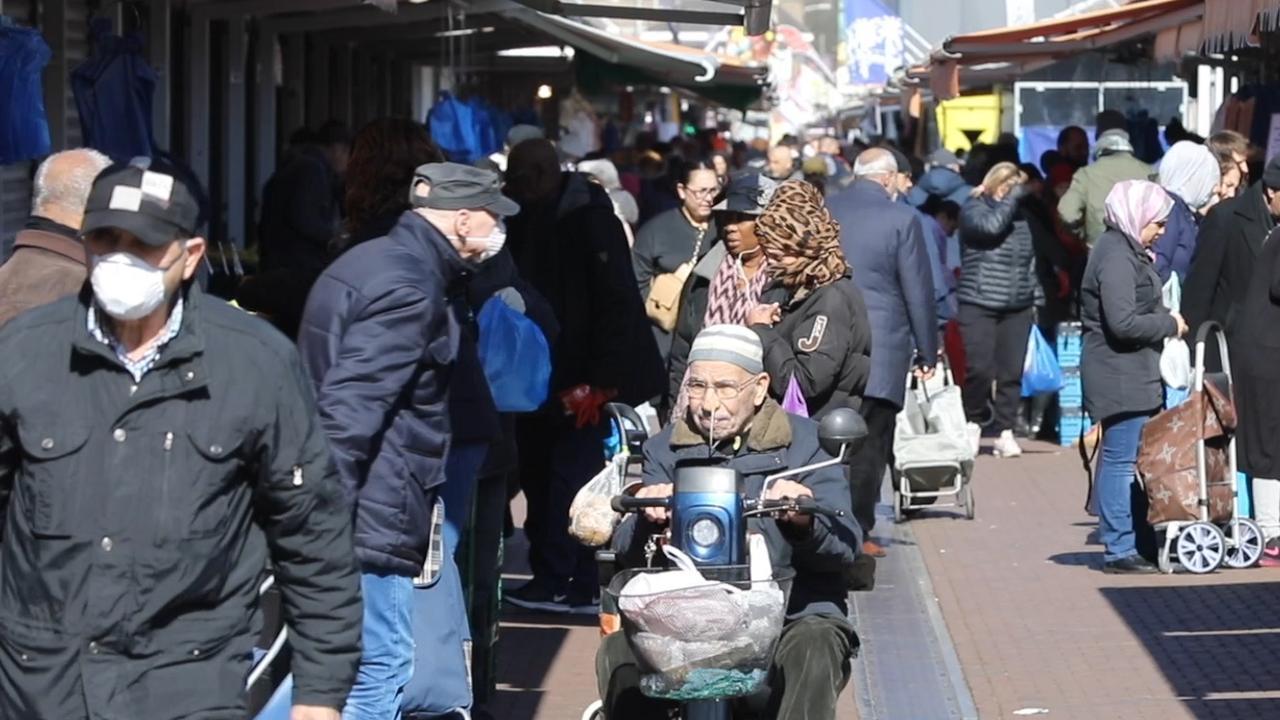 Drukte op Haagse markt ondanks verscherpte coronamaatregelen