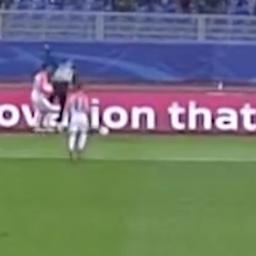 Speler Sjachtar Donetsk gooit tijdrekkende ballenjongen over boarding
