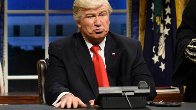 Alec Baldwin imiteert Trump wederom bij Saturday Night Live