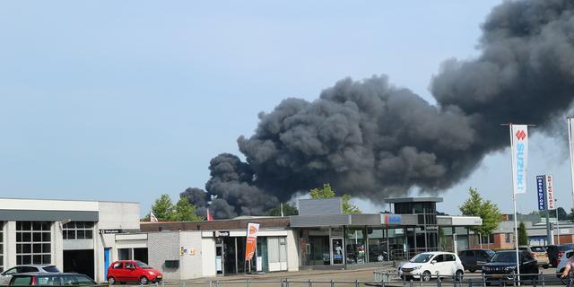 Grote brand bij autosloperij in Drents Hoogeveen is onder controle