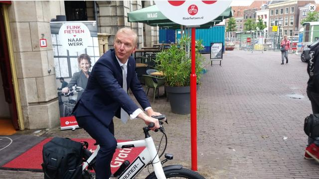 Wethouder Strijk rijdt op e-bike
