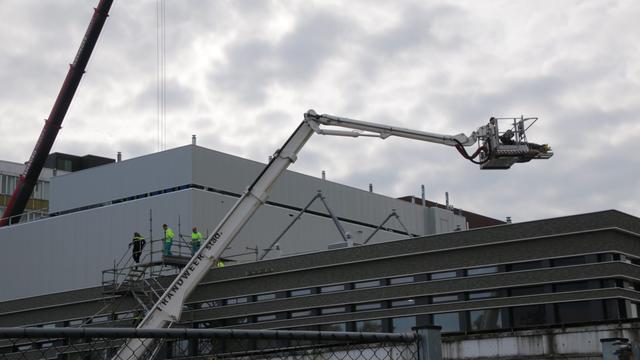 Brandweer haalt onwel geworden bouwvakker van dak UMCG