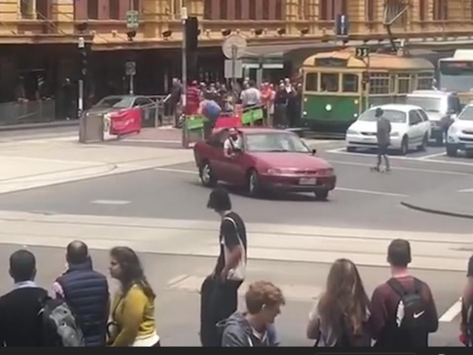 Man draait rondjes in auto en roept naar omstanders vlak voor aanslag
