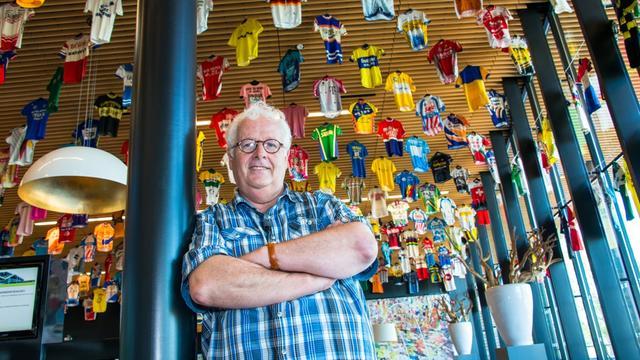 Expositie met 1500 wielershirts in gemeentehuis geopend