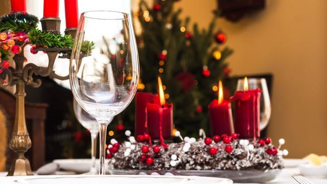 Etiquette tijdens het kerstdiner: 'Stuur niet achteraf uit het niets een tikkie'