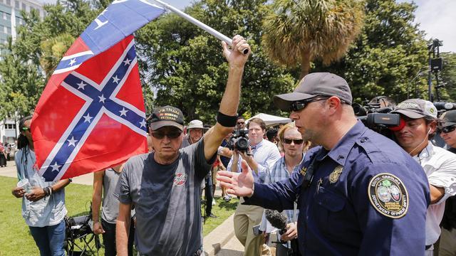 Ku Klux Klan demonstreert tegen weghalen Confederatievlag