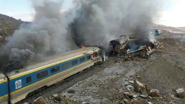 Tientallen doden bij treinbotsing Iran