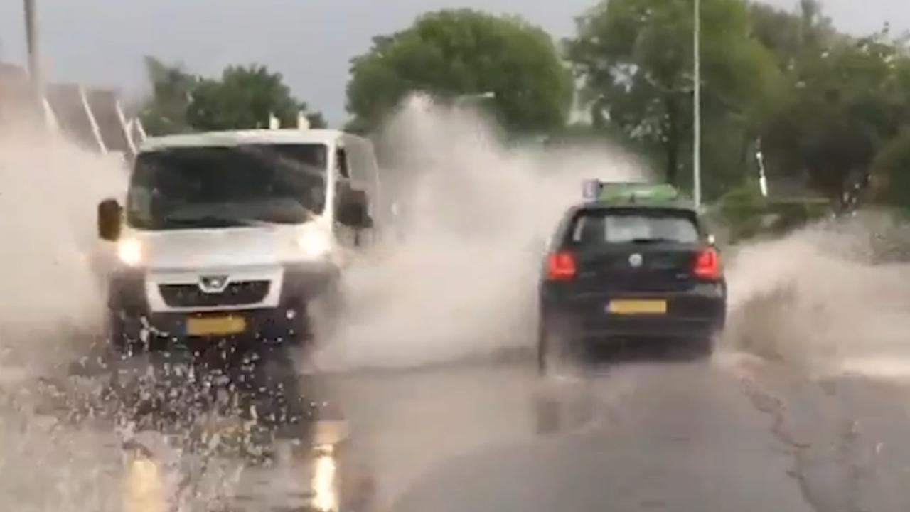 Compilatie: Wateroverlast door regenval donderdag in Noord-Nederland