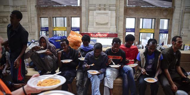 Honderden vluchtelingen bivakkeren op station Milaan