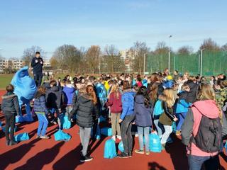 Tweehonderd kinderen liepen mee met 'Wandelen voor Water'