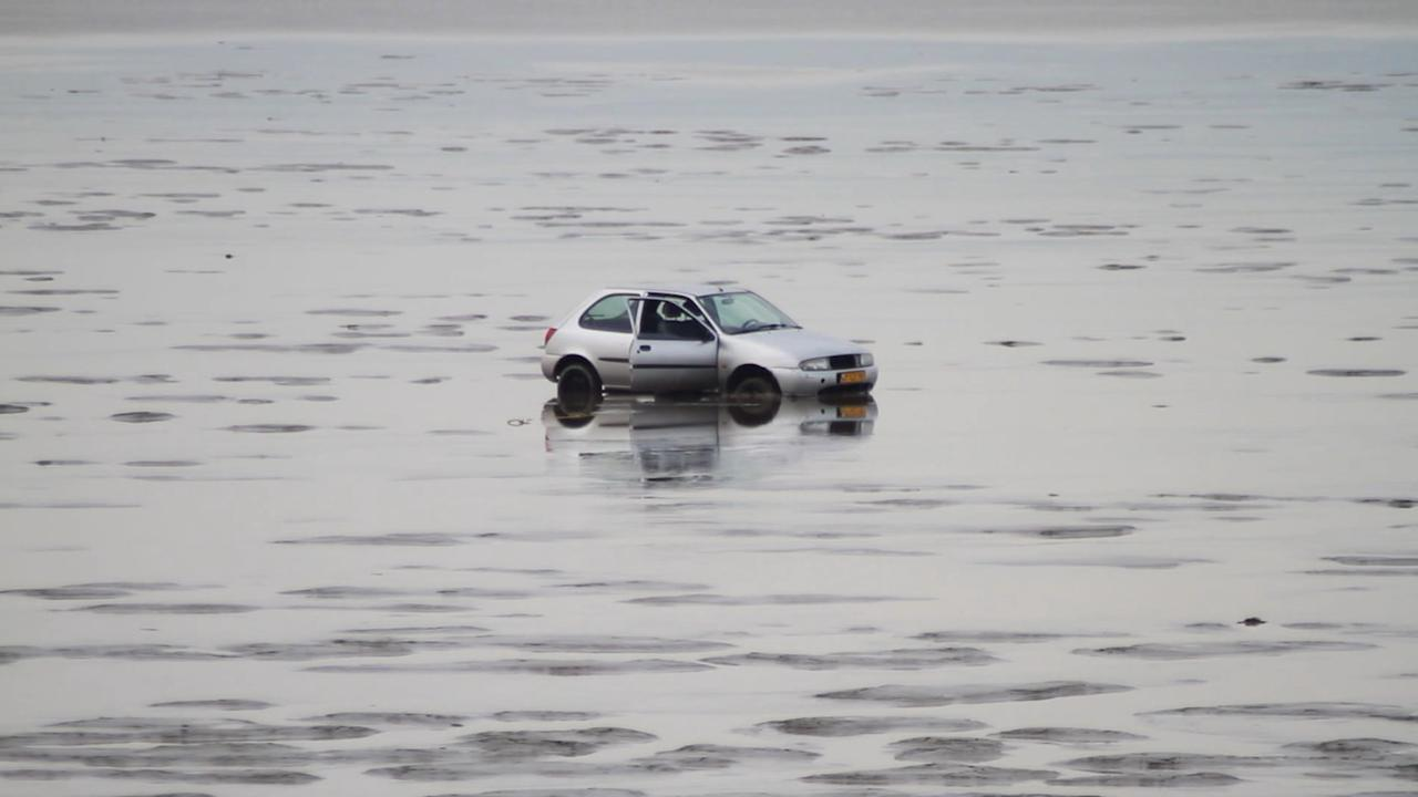 Auto zit vast in de Waddenzee