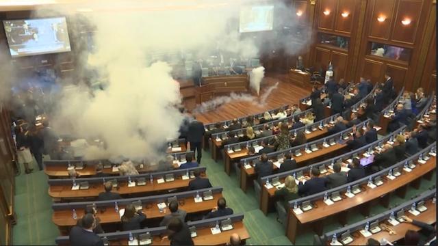 Oppositie gooit traangas tijdens stemming in parlement Kosovo