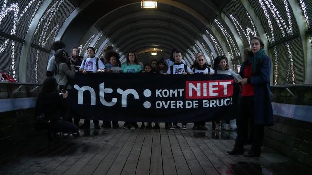 Tegenstanders Zwarte Piet blokkeren brug Mediapark voor korte tijd