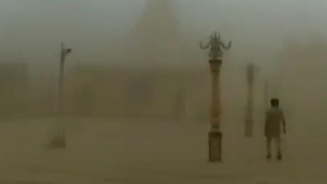 Cycloon Vayu stormt op Indiase kust af
