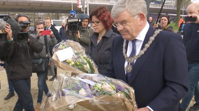 Burgemeester Utrecht legt bloemen: 'Stad is in rouw'