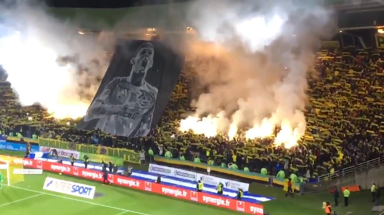 Fans FC Nantes eren vermiste Sala met vuurwerk en spandoeken