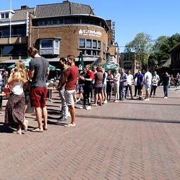 Video | Compilatie: Zo stroomden de Nederlandse terrassen vol na 12.00 uur