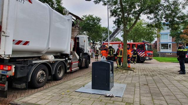 Brandweer blust brand in vuilniswagen in Leiden-Zuidwest